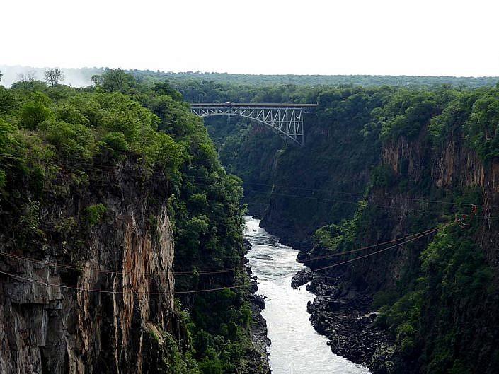 Sambesi mit Victoria Falls Brücke im Hintergrund.