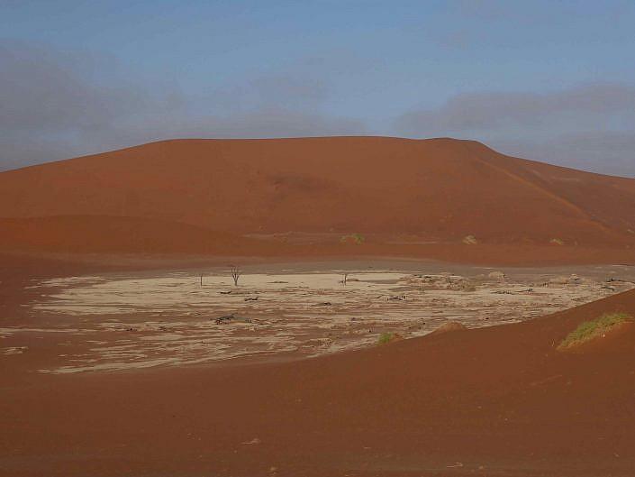 Das Deadvlei umschlossen von schönen roten Dünen. Ein Ort voller Harmonie und Stille.